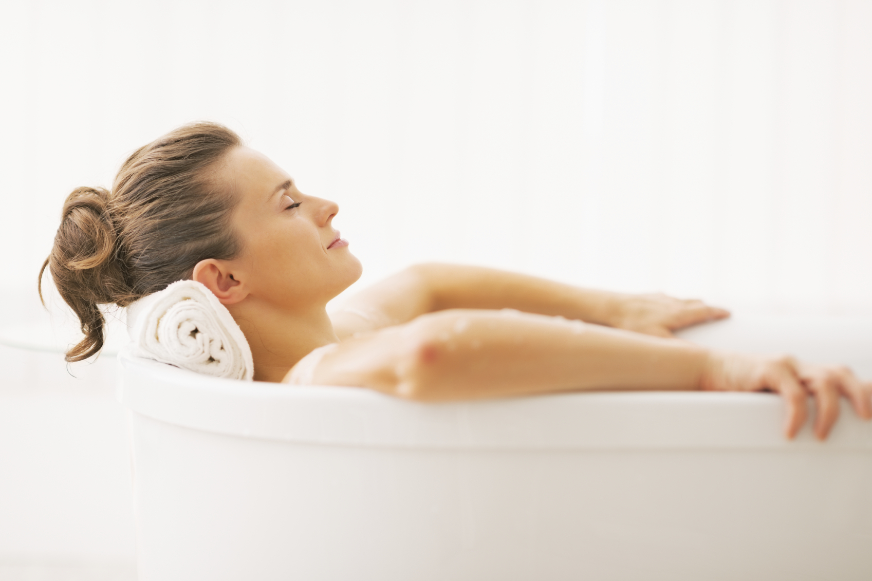 Portrait of young woman relaxing in bathtub