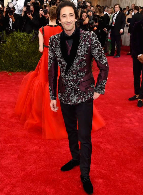 met-gala-2015-celebrities-dressed-in-dolce-and-gabbana-on-the-red-carpet-Adrien-Brody