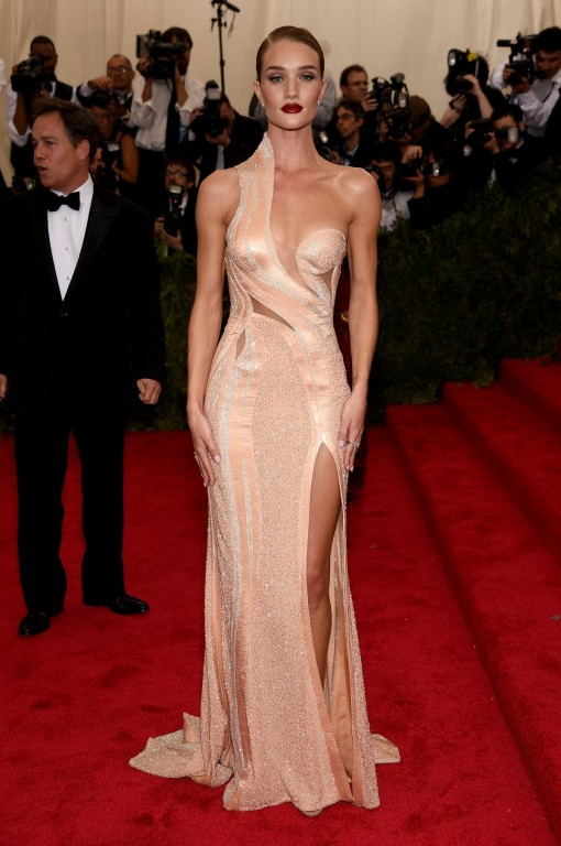 model-rosie-huntington-whiteley-in-a-versace-gown